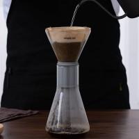 Versare l'acqua sul caffè nella campana