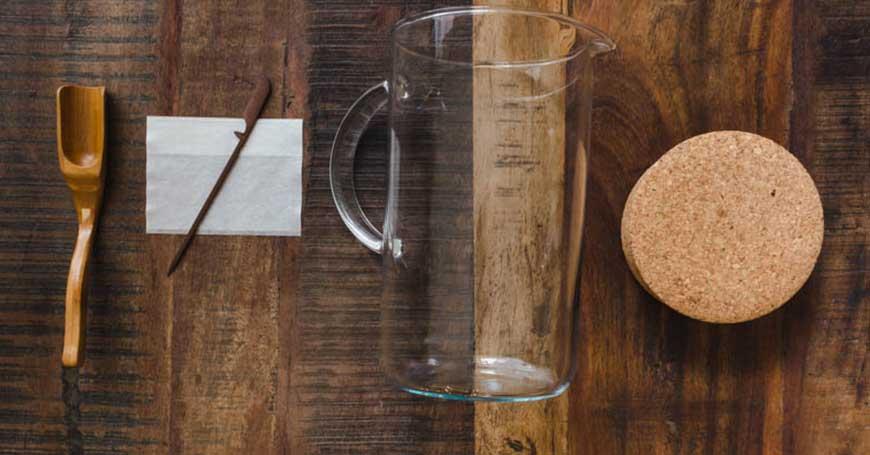 preparazione cold brew coffee con caraffa e filtro