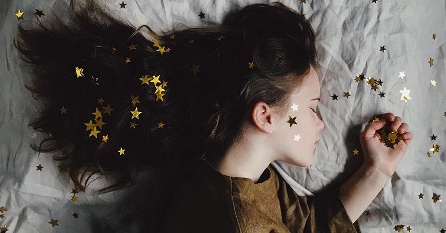 bambina che dorme dopo aver bevuto tisana per dormire