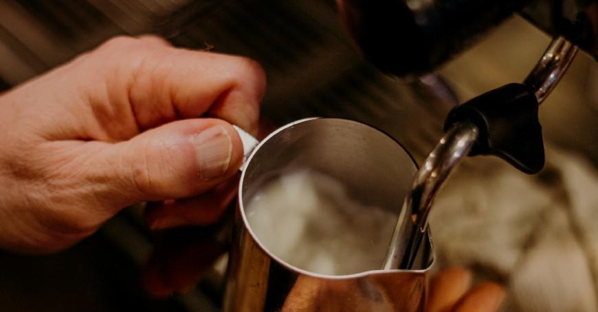 montare latte per hojicha latte