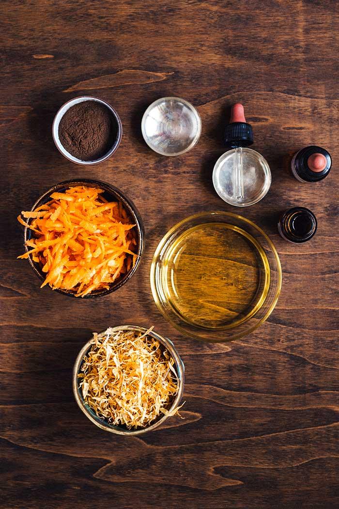 ingredienti oleolito alla calendula per prepararsi al sole
