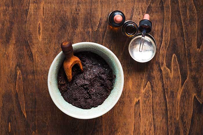 scrub al caffè per preparasi all'abbronzatura